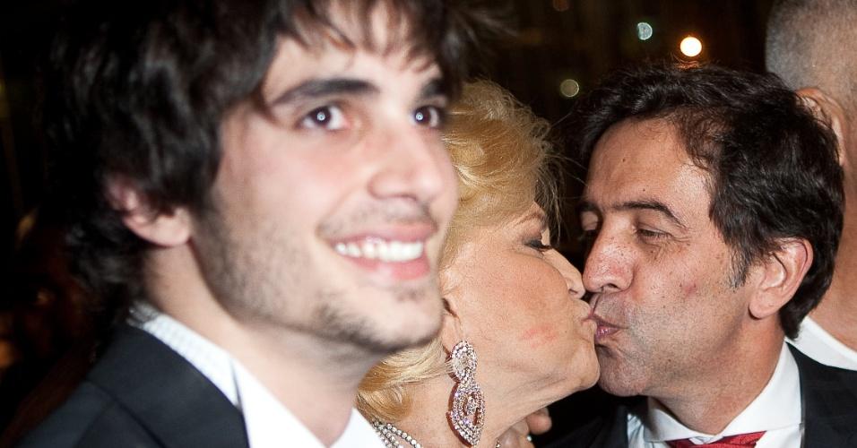 Ao lado de Fiuk, Hebe beija Ricardo Almeida durante comemoração de 25 anos de carreira do estilista, no MASP, em São Paulo (6/4/11)
