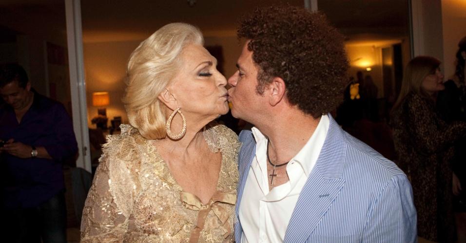 Em jantar, a apresentadora Hebe Camargo dá um selinho no artista Romero Britto (30/8/2011)