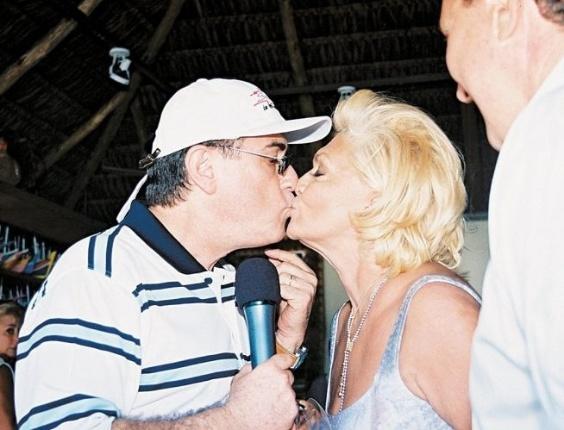 Hebe Camargo, dá selinho em Amaury Jr. durante gravação do programa do apresentador em Angra dos Reis, Rio de Janeiro (24/4/02)