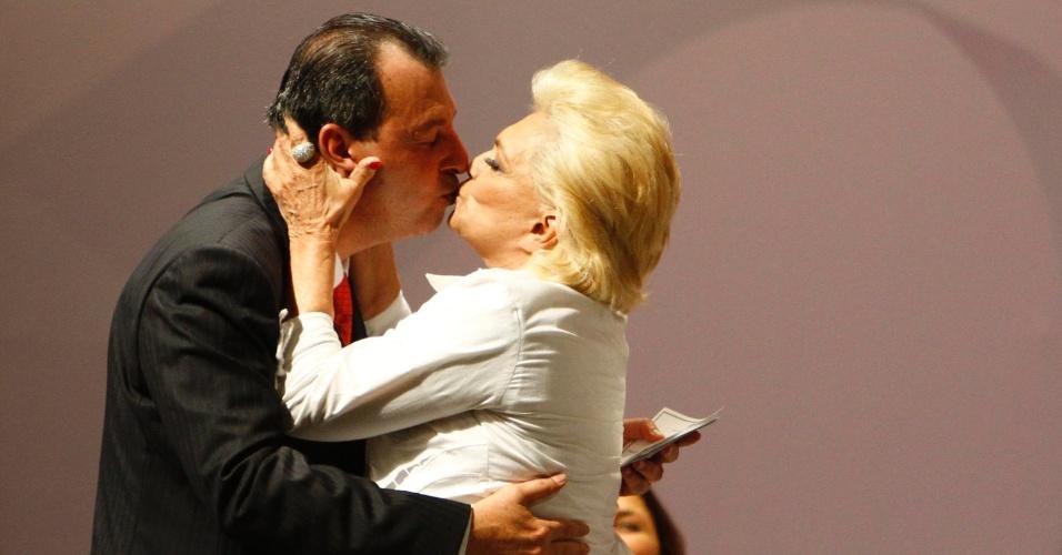 Hebe Camargo dá selinho no governador do Amazonas Omar Aziz durante cerimônia no Teatro Amazonas, em Manaus (22/3/11)