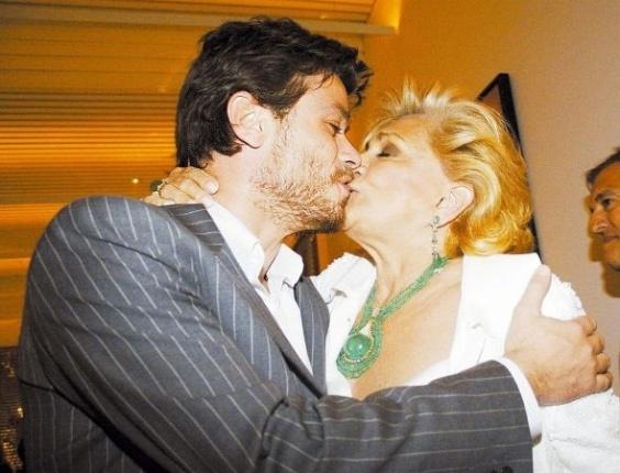 O ator Fábio Assunção beija a apresentadora Hebe Camargo durante a inauguração do restaurante Blu, do ator, em São Paulo (9/8/06)