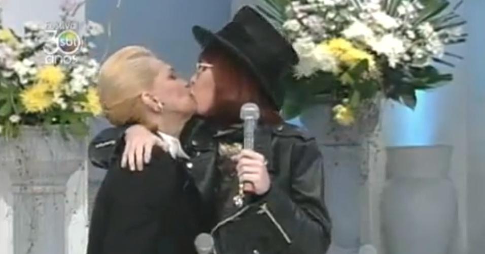O primeiro selinho de Hebe Camargo foi, na verdade, um beijo roubado de Rita Lee no programa da apresentadora em 1997