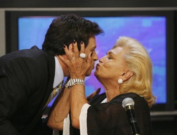 Os apresentadores Celso Portiolli e Hebe Camargo dão selinho (2/3/09)