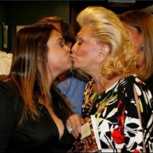 Preta Gil e Hebe Camargo dão beijo em lançamento de livro no Rio de Janeiro (28/11/07)