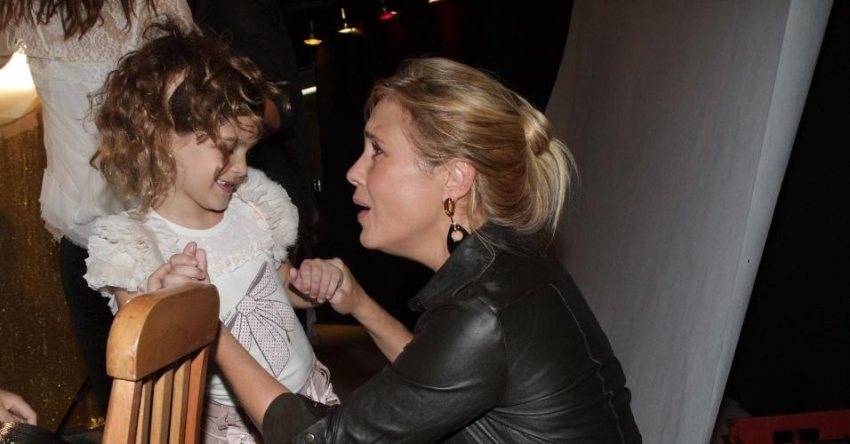 """A atriz Adriana Esteves brinca com a atriz mirim Mel Maia na festa de lançamento de """"Avenida Brasil"""" no Rio (15/3/12)"""