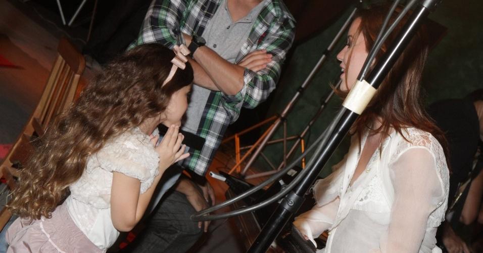 """A atriz Nathalia Dill conversa com a atriz mirim Mel Maia na festa de lançamento da novela """"Avenida Brasil"""" no Rio (15/3/12)"""