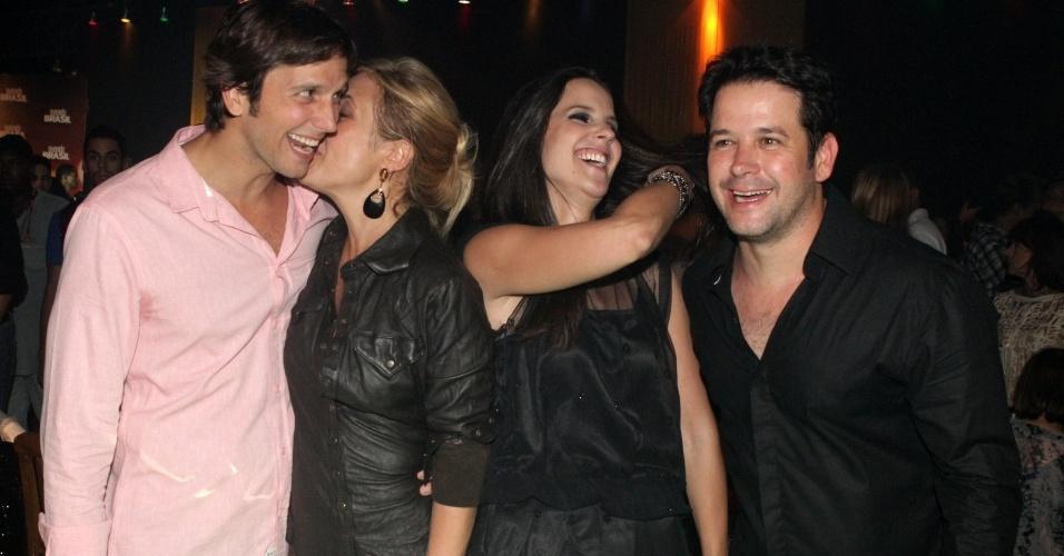 """Adriana Esteves beija o marido, Vladimir Brichta e Murilo Benício e a namorada, Andrea de Souza, posam para fotos na apresentação de """"Avenida Brasil"""" (15/3/12)"""