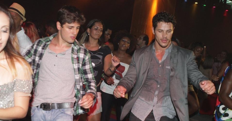"""Da esquerda para a direita, os atores Luana Martau, Daniel Rocha e José Loreto dançam charme na festa de lançamento de """"Avenida Brasil"""" no Rio (15/3/12)"""