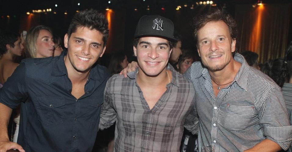 "Da esquerda para a direita, os atores Bruno Gissoni, Thiago Martins e Marcello Novaes na festa de lançamento de ""Avenida Brasil"" no Rio (15/3/12)"
