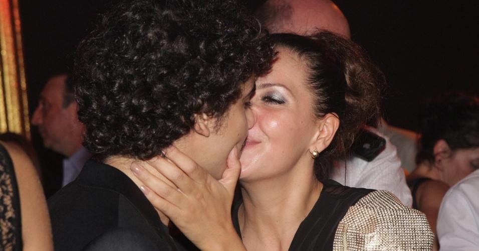 """Fabíula Nascimento, ex-mulher de Alexandre Nero (Baltazar """"Fina Estampa"""") beija o namorado, George Sauma, 10 anos mais novo que ela. Ela será uma cabeleireira em """"Avenida Brasil"""" (15/3/12)"""