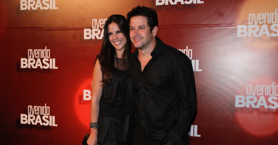 """Murilo Benício e a namorada, Andrea de Souza, posam para fotos na apresentação de """"Avenida Brasil"""" (15/3/12)"""
