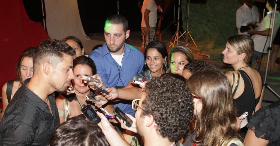 """O ator Cauã Reymond é cercado por jornalistas na festa de lançamento da novela """"Avenida Brasil"""" no Rio (15/3/12)"""