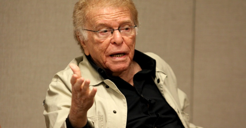 """O diretor do humorístico, Maurício Sherman, conversa com a imprensa após a gravação do novo quadro do """"Zorra Total"""" (16/3/2012)"""