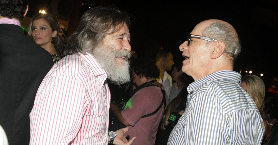 "Os atores José de Abreu e Marcos Caruso conversam na festa de lançamento de ""Avenida Brasil"" no Rio (15/3/12)"