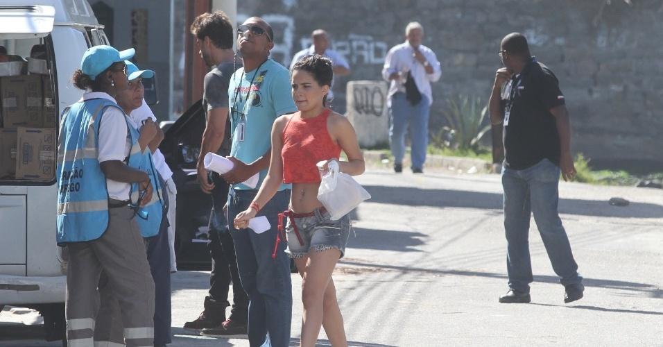 """Carol Macedo, a Solange, chega para gravar as últimas cenas da novela """"Fina Estampa"""", na Barra da Tijuca, no Rio de Janeiro. A dançarina fará muito sucesso como funkeira (19/3/12)"""