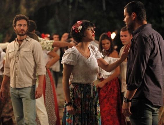 Fernando chega à Vila dos Milagres e não gosta de ver Miriam dançando com Carlos (18/3/12)
