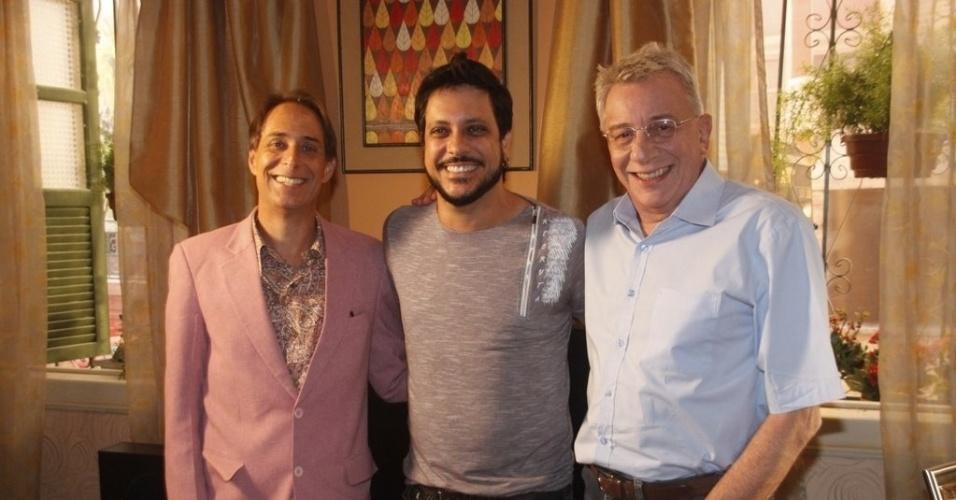 """Pedro Cardoso, Marco Nanini e Lúcio Mauro Filho posam durante intervalo de gravação da 12ª temporada de """"A Grande Família"""" (19/3/2012)"""