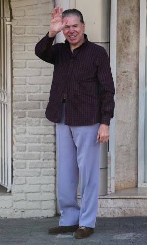 Após críticas sobre seus fios brancos, Silvio Santos resolveu escurecer os cabelos e as sobrancelhas nesta quarta-feira. Com a camisa aberta, o dono do SBT chegou ao salão do cabeleireiro Jassa para iniciar os procedimentos, em São Paulo. Simpático, o apresentador acenou para fotógrafa (21/3/12)