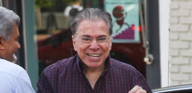 Após críticas sobre seus fios brancos, Silvio Santos resolveu escurecer os cabelos e as sobrancelhas nesta quarta-feira. O dono do SBT chegou ao salão do cabeleireiro Jassa para iniciar os procedimentos, em São Paulo. Simpático, o apresentador acenou para os fotógrafos (21/3/12)