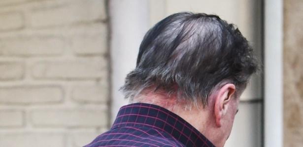 Após críticas sobre seus fios brancos, Silvio Santos resolveu escurecer os cabelos e as sobrancelhas nesta quarta-feira. O dono do SBT chegou ao salão do cabeleireiro Jassa para iniciar os procedimentos, em São Paulo. Detalhe para os fios brancos do apresentador (21/3/12)