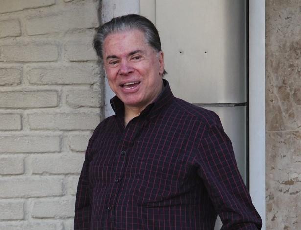 Após críticas sobre seus fios brancos, Silvio Santos resolveu escurecer os cabelos e as sobrancelhas nesta quarta-feira. O dono do SBT chegou ao salão do cabeleireiro Jassa para iniciar os procedimentos, em São Paulo. Simpático, o apresentador acenou para fotógrafa. O apresentador grava hoje a entrega do Troféu Imprensa 2012  (21/3/12)