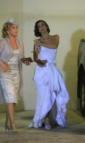 Enfim, chega o dia do casamento de Letícia (Tânia Khallil) e Juan (Carlos Casagrande). Vilma (Arlete Salles), a mãe da noiva, fica toda orgulhosa da filha. As cenas foram gravadas na Barra da Tijuca, na noite de terça-feira (20/3/12)