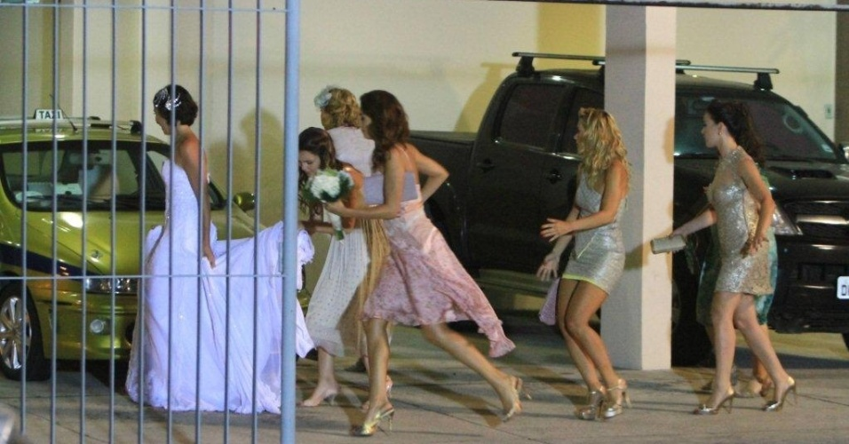 Enfim, chega o dia do casamento de Letícia (Tânia Khallil) e Juan (Carlos Casagrande). Teodora (Carolina Dieckmann), Carolina (Bianca Salgueiro ), Patrícia (Adriana Birolli) e Amália (Sophie Charlotte) ajudam a noiva. As cenas foram gravadas na Barra da Tijuca, na noite de terça-feira (20/3/12)