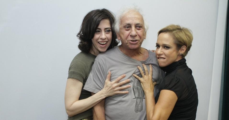 """Fernanda e Andrea ladeiam Flávio Migliaccio na coletiva de apresentação da 2ª temporada de """"Tapas e Beijos"""" (21/3/12)"""