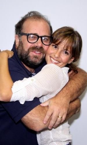 """Otavio Muller abraça Fernanda de Freitas na coletiva de apresentação da 2ª temporada de """"Tapas e Beijos"""" (21/3/12)"""