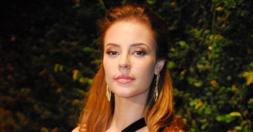Paola Oliveira como Verônica em