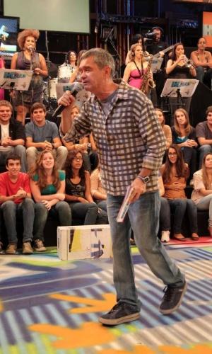 """O apresentador Serginho Groisman durante a gravação do programa """"Altas Horas"""", em São Paulo (22/3/2012)"""
