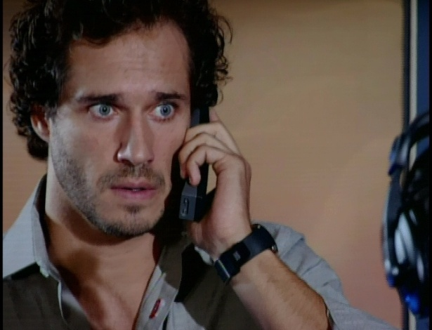 Amália liga para Guaraci perguntando da mãe. Ele diz que alguma coisa aconteceu e que não pode falar por telefone