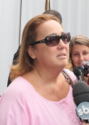 Claudia Jimenez fala com a imprensa após deixar hospital Samaritano, onde o humorista Chico Anysio morreu (23/3/12)