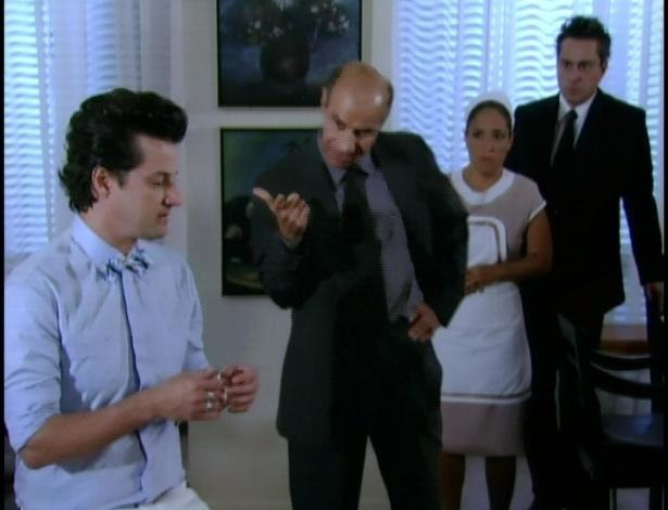 Detetive pergunta a Crô se ele sabe sobre os crimes que Tereza Cristina cometeu.