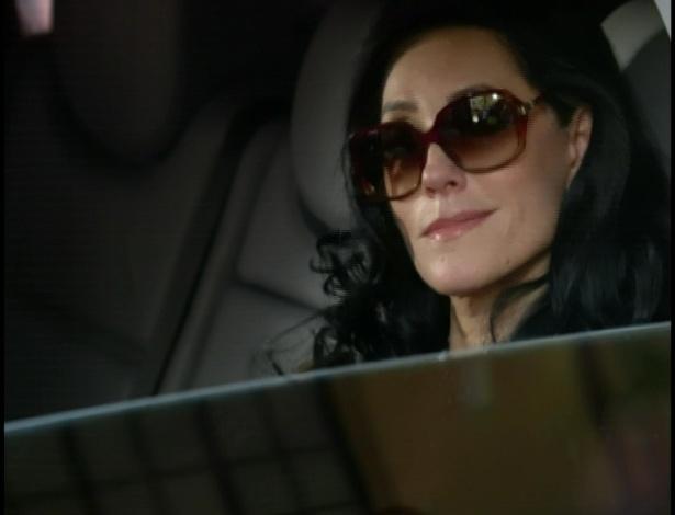 Griselda vê um carro na rua e, ao abrir a janela, vê Tereza Cristina