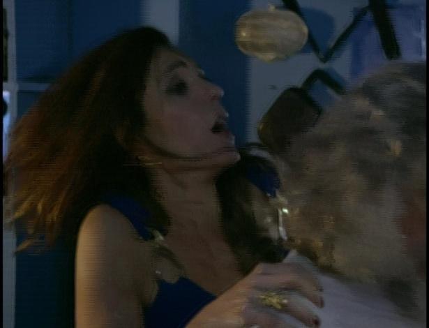 O barco começa a balançar e Tereza Cristina pede para voltar, mas Pereirinha nega