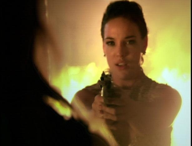 Patrícia consegue pegar a arma e aponta para Tereza Cristina.