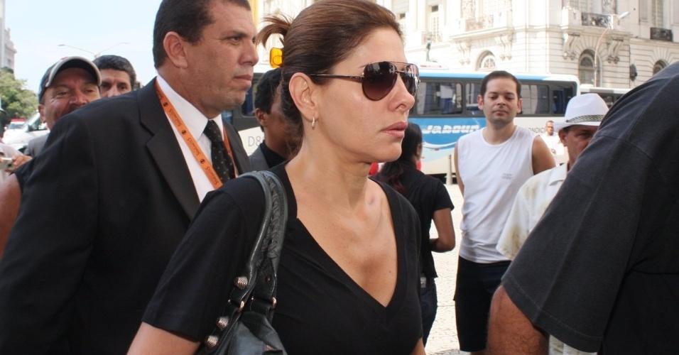 A atriz Helena Fernandes chega ao Theatro Municipal do Rio de Janeiro para velório de Chico Anysio. Humorista morreu na tarde de sexta-feira (23) em decorrência de falência de múltiplos órgãos (24/03/2012)