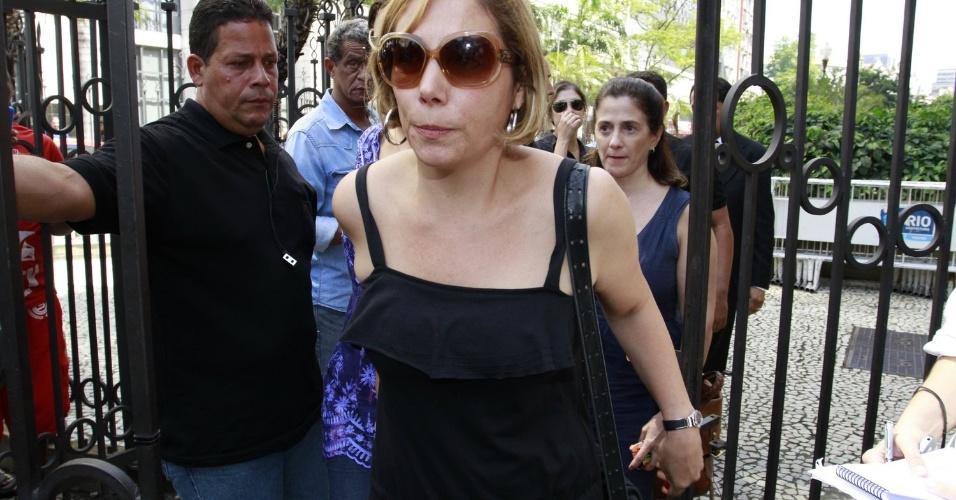 A atriz Heloísa Perissé chega ao Theatro Municipal do Rio de Janeiro para despedir-se de Chico Anysio. Humorista morreu na tarde de sexta-feira (23) em decorrência de falência de múltiplos órgãos (24/03/2012)