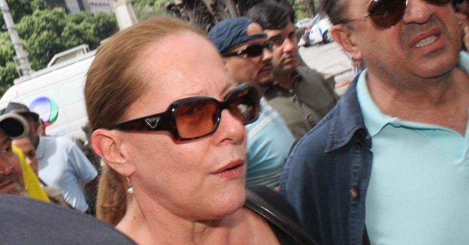 A atriz Lucinha Lins chega ao Theatro Municipal do Rio de Janeiro para despedir-se de Chico Anysio. Humorista morreu na tarde de sexta-feira (23) em decorrência de falência de múltiplos órgãos (24/03/2012)