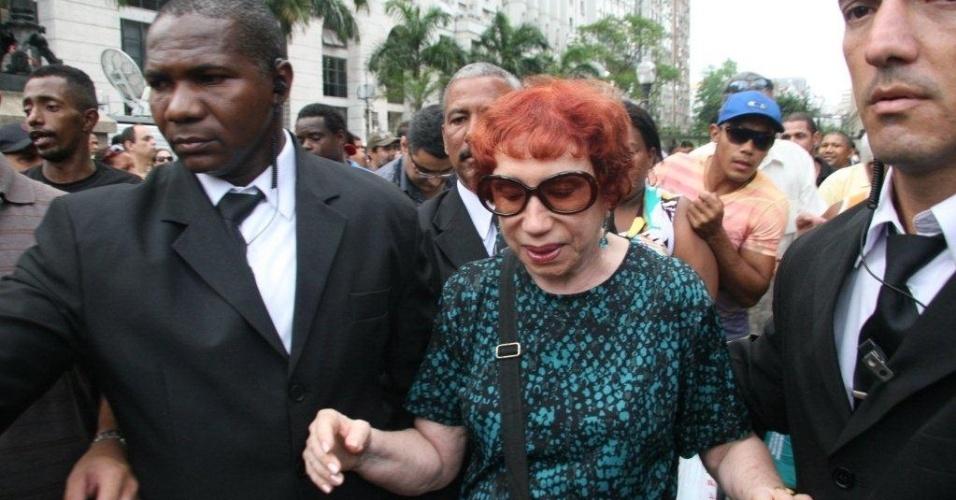 A humorista Berta Loran chega ao velório de Chico Anysio no Theatro Municipal do Rio de Janeiro. Chico morreu na tarde de sexta-feira (23) em decorrência de falência de múltiplos órgãos (24/03/2012)