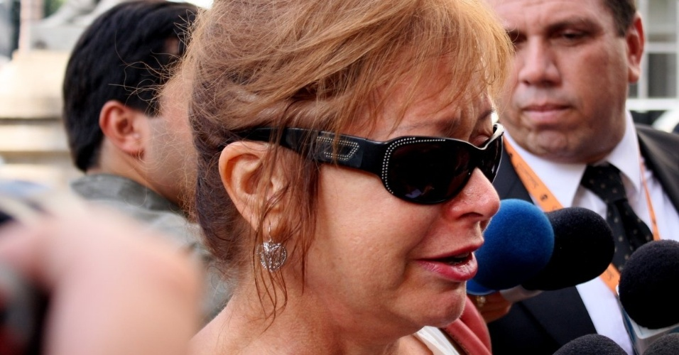 Alcione Mazzeo, ex-mulher de Chico Anysio e mãe de Bruno Mazzeo, chega ao Theatro Municipal do Rio de Janeiro para velório do humorista e conversa com jornalistas. Chico morreu na tarde de sexta-feira (23) em decorrência de falência de múltiplos órgãos (24/03/2012)