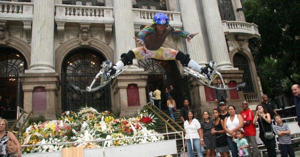 Artista anônimo se exibe em frente ao Theatro Municipal do Rio de Janeiro, onde acontece o velório de Chico Anysio (24/03/2012)