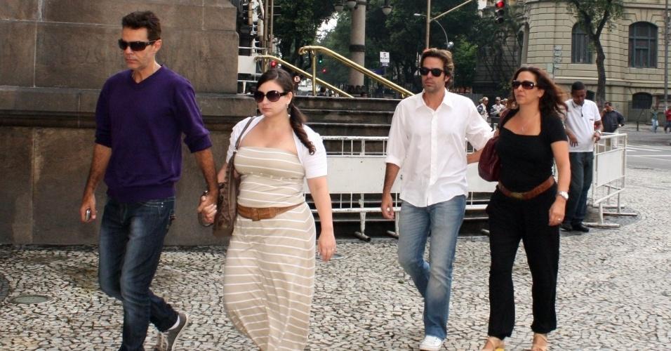 Filhos de Chico Anysio, Bruno Mazzeo e Nizo Neto chegam por volta das 8h30 ao Theatro Municipal do Rio de Janeiro para velório do pai. Humorista morreu na tarde de sexta-feira (23) em decorrência de falência de múltiplos órgãos (24/03/2012)