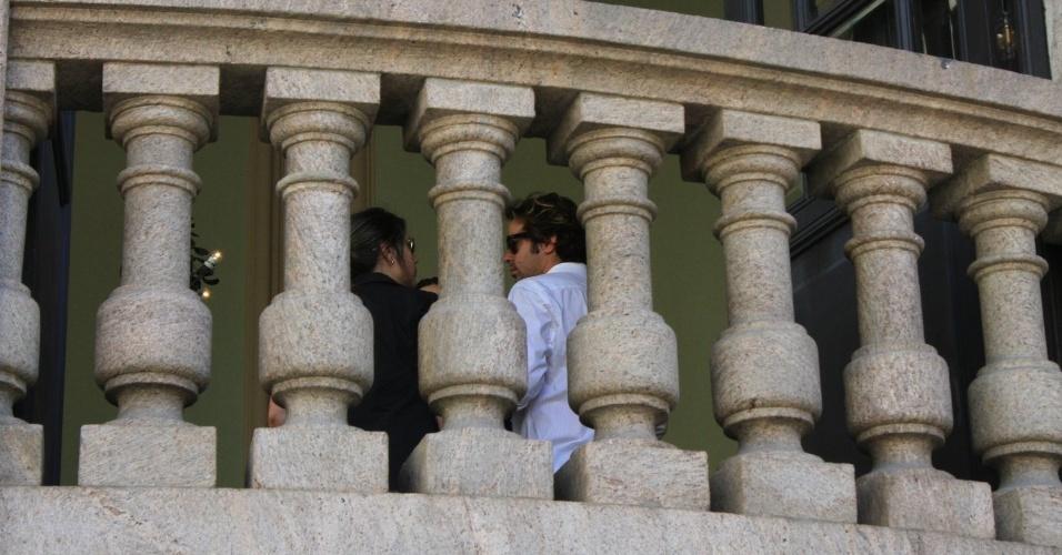 Bruno Mazzeo conversa com amigos na sacada do Theatro Municipal do Rio de Janeiro, onde acontece o velório do pai. Humorista morreu na tarde de sexta-feira (23) em decorrência de falência de múltiplos órgãos (24/03/2012)
