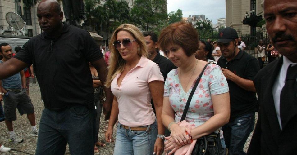 Cantora Rosemary chega no final do dia ao Theatro Municipal do Rio de Janeiro para velório de Chico Anysio. Humorista morreu na tarde de sexta-feira (23) em decorrência de falência de múltiplos órgãos (24/03/2012)