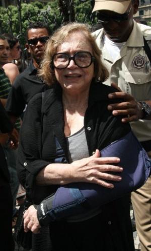 Com o braço em uma tipóia e visivelmente emocionada, Nathália Timberg chega ao velório do humorista Chico Anysio no Theatro Municipal do Rio de Janeiro. Chico morreu na tarde de sexta-feira (23) em decorrência de falência de múltiplos órgãos (24/03/2012)