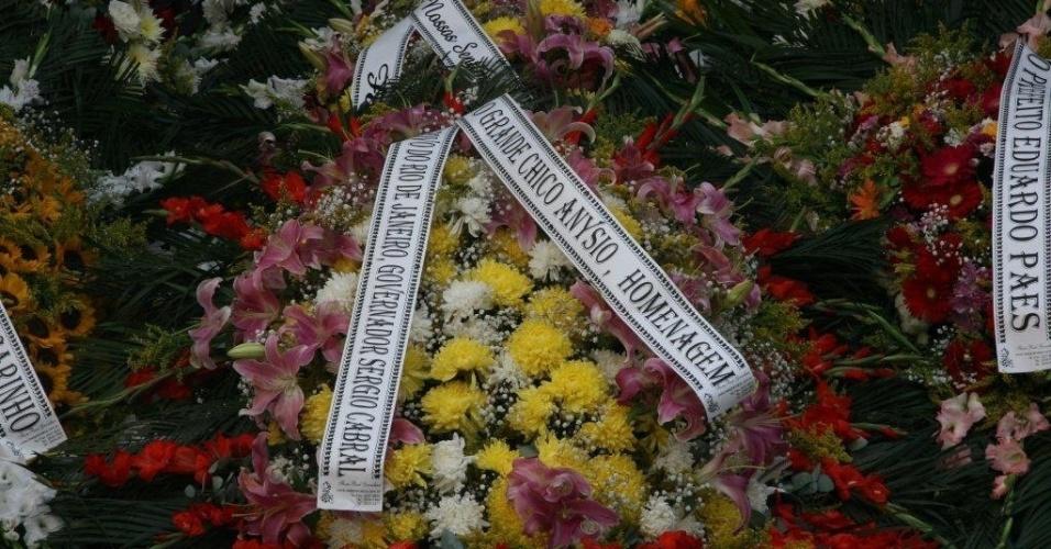 Coroas de flores são colocadas em frente ao Theatro Municipal do Rio de Janeiro no velório de Chico Anysio. O humorista morreu na tarde de sexta-feira (23) em decorrência de falência de múltiplos órgãos (24/03/2012)