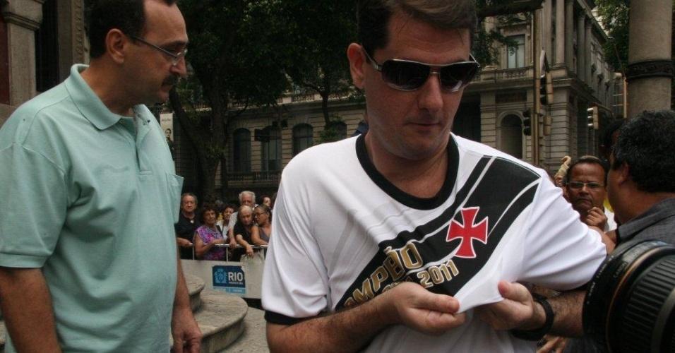 Fã de Chico Anysio mostra distintivo do Vasco, um dos times de coração de Chico. O humorista morreu na tarde de sexta-feira (23) em decorrência de falência de múltiplos órgãos (24/03/2012)