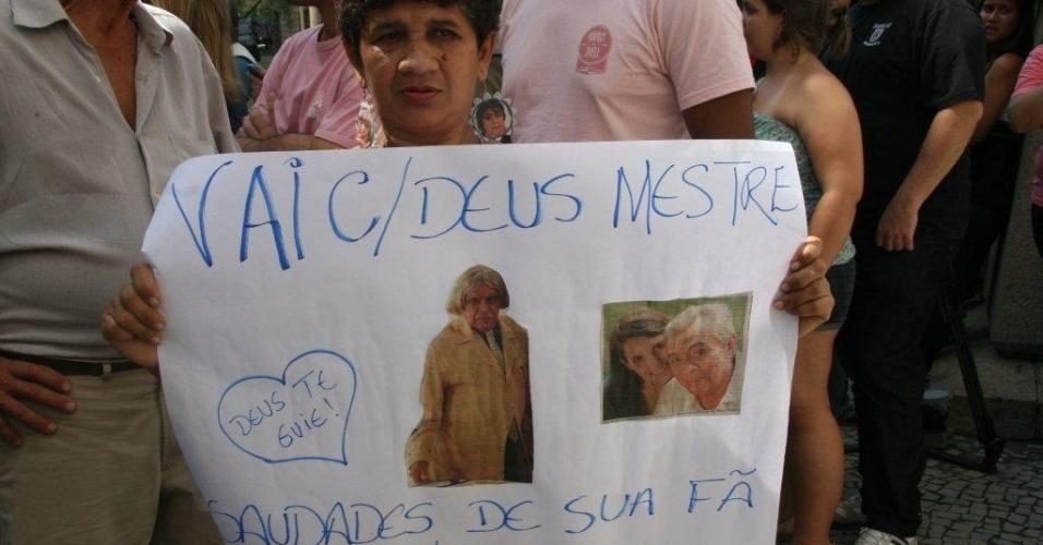 Fã de Chico Anysio segura cartaz com homenagem ao humorista. O velório de Chico será aberto ao público após às 14h.